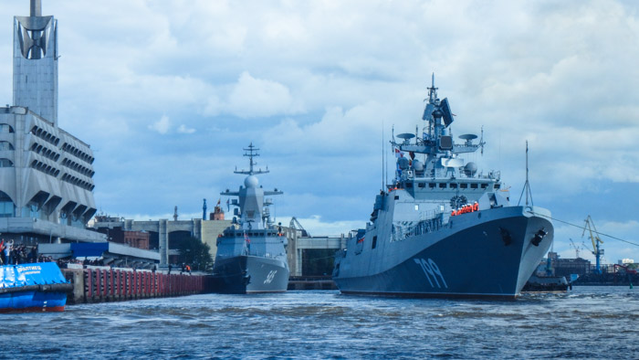 Project 11356 Admiral Makarov leaving the International Maritime Defense Show 2017